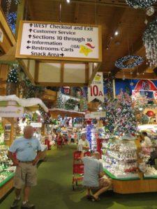 クリスマスの飾りでいっぱいの店内