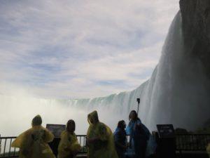 真横からみてナイアガラの滝